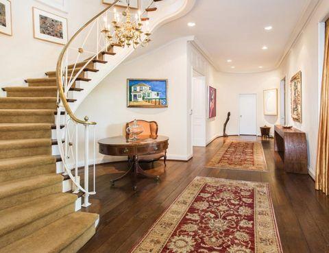 <p>El recibidor exhibe la elegancia propia de la época dorada de Hollywood, con un marcado estilo californiano tradicional. Parece ser que esta fue una de las cosas que conquistó a Taylor Swift.</p>