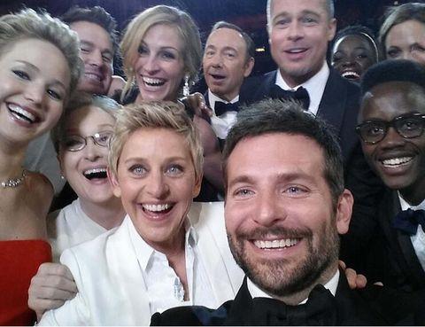 """<p>El famoso<strong> 'selfie' que hizo Ellen DeGeneres</strong> (<a href=""""https://twitter.com/TheEllenShow"""" target=""""_blank"""">@theEllenshow</a>) en la ceremonia de los Oscars de 2015 fue el que más retwitts obtuvo en toda la historia de la red social.</p><p>Este flujo <strong>sólo ha sido superado</strong> por el tráfico que generó este año Leo DiCaprio (<a href=""""https://twitter.com/LeoDiCaprio"""" target=""""_blank"""">@LeoDicaprio</a>) al ganar la merecida estatuilla.</p>"""