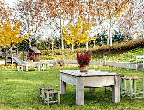 """<p>&nbsp;Dominan como pocos la parrilla, las carnes y pescados a la brasa en el <a href=""""http://www.filandon.es/"""" target=""""_blank""""><strong>Filandón</strong></a> son todo un manjar y encandilan a todo el que va. Ubicado en el Monte de El Pardo tienen la misión de llevar el campo a la ciudad, y es que su espectacular jardín es un oasis en pleno barrio de Montecarmelo. <strong>Los niños lo pasarán en grande en la zona de juegos y comiendo platos pensados para ellos, mientras tu disfrutas de su especialidad, el lenguado Evaristo.</strong></p><p>Carretera de Fuencarral - El Pardo, Km, 1,9 (Madrid).</p>"""