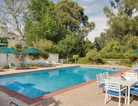<p>Situada detrás del hotel Beverly Hills, la casa fue construida en 1930 y cuenta con una piscina exterior y otra cubierta.</p>