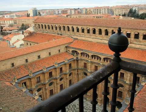 <p>164 escalones separan el suelo y el cielo en Salamanca: los que tendrás que subir para ver los tejados desde las torres de la Clerecía. Y otros 34 para rozar sus campanas. Entrada: 3 euros.</p><p>&nbsp;</p>