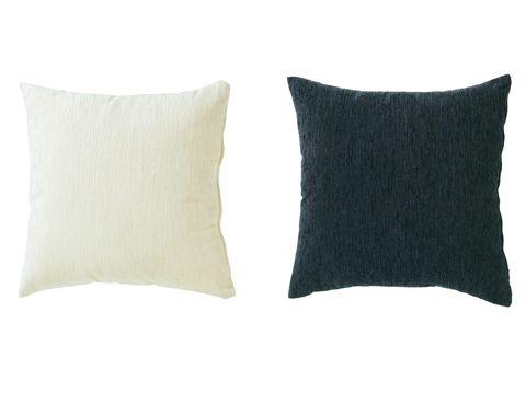 <p>Unos cojines básicos en blanco y negro servirán de contraste en cualquier sofá o sillón de esos colores. Estos son el modelo Íscar, de 45 x 45 cm (18 €). </p>