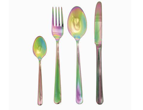 """<p>Esta cubertería llevará los colores del arcoíris a tu mantel. Tenedor, cuchara y cuchillo en acero para que deslumbres a tus invitados. De Zara Home. <a href=""""http://www.zarahome.com"""" target=""""_blank"""">www.zarahome.com</a></p>"""