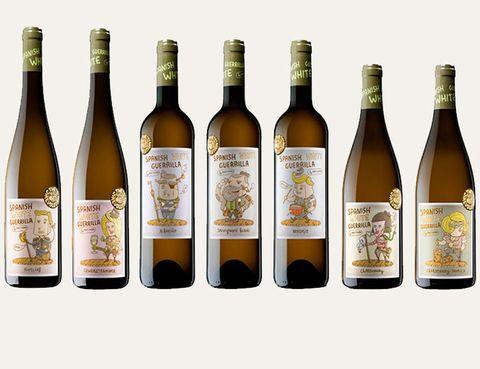 <p>¿Qué hacen ocho guerrilleros armados con copas, botellas y botas de vino? Formar parte de la colección <i>Spanish White Guerrilla</i>, ocho vinos monovarietales, de las bodegas Maetierra, las únicas especializadas en blancos de La Rioja. Éstas han roto con la norma establecida para el cultivo de uva introduciendo variedades blancas inéditas en la región: las españolas albariño y verdejo, uvas francesas como la chardonnay, viognier y sauvignon blanc y las alemanas riesling y gewürztraminer. ¿El desenlace? Una rebelión encabezada por aquellos ocho guerrilleros ilustrados que representan las peculiaridades y la personalidad de su zona originaria de elaboración.</p>