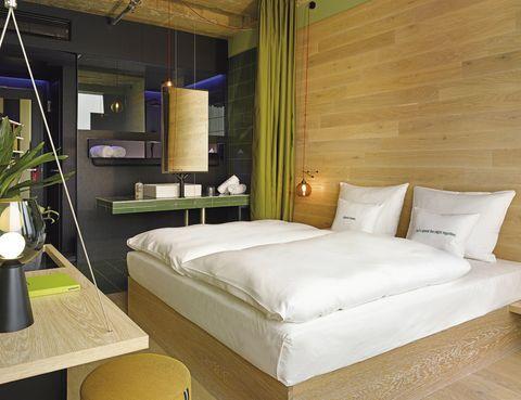 <p>Las habitaciones se dividen en dos estilos diferentes: urban (con elementos industriales) y jungle (la de la imagen, con materiales muy naturales).</p>
