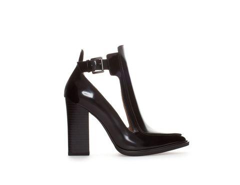 <p>Botines altos con aberturas <strong>de Zara.</strong></p>