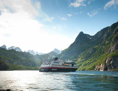 """<p>La compañía <a href=""""http://www.hurtigrutenspain.com/es/index.php"""" target=""""_blank"""">Hurtigruten,</a> experta en recorrer la costa noruega, ha abierto tres fechas de crucero este verano con un guía en español&#x3B; 18 de junio, 9 de julio y 6 de agosto. El programa 'Rumbo Sur' a bordo del Expreso del Litoral ofrece un recorrido impresionante para amantes de las naturaleza. El buque comienza en Kirkenes, y tras cuatro días de ruta, se alcanza el Cabo Norte, el punto más septentrional de Europa. Tromso, las islas Lofoten y Bergen completan la ruta. Desde 4.355 euros para la salida del 6 de agosto con guía en español.</p>"""