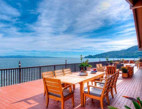 <p>Como si de un muelle junto al mar se tratase, rodea la casa y ofrece un amplio espacio para disfrutar al aire libre.</p>