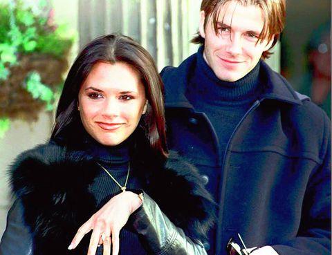 <p>Una de las imágenes más famosas de Victoria es esta de 1998 junto al que en esos momentos era su prometido, David Beckham. </p>