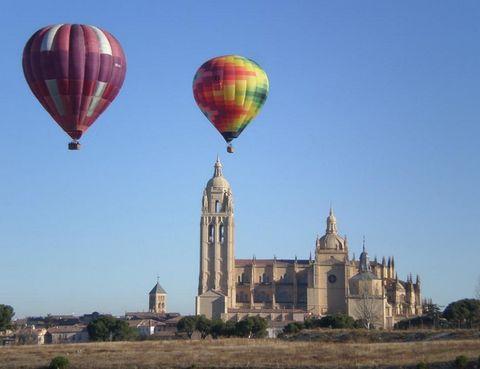 """<p>Imagina que estas volando sobre una ciudad contemplando toda su belleza, como si flotaras dentro de una ponta de jabón dejándote llevar por el relax y sabiendo que no hay peligro porque estás en manos de profesionales. Esto es lo que te ofrece <a href=""""http://www.paseosenglobo.com/paseos-en-globo"""" target=""""_blank"""">Aerodifusión</a> con sus paseos en globo por Segovia y también por Madrid. ¡A volar!</p><p>¿Dónde alojarse?<a href=""""http://www.parador.es/es/paradores/parador-de-segovia"""" target=""""_blank"""">Parador de Segovia</a></p><p></p>"""