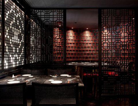 """<p>Uno de los últimos en llegar a la Ciudad Condal es <a href=""""http://www.hotelclaris.com/#!es/restauracion/mr-kao-info/"""" target=""""_blank""""><strong>Mr. Kao</strong></a>, que mezcla la cocina oriental y la mediterránea, y se ubica en uno de los hoteles más lujosos de toda Barcelona, el hotel Claris. El chef del restaurante Josep Maria Kao, y con el nombre de este nuevo local ha querido rendir homenaje a su abuelo Kao Tze Chien, quien fundó en los años 70 Shanghai, el primer restaurante chino de la ciudad. Los platos más alabados de su carta son los Dim Sum, ya sean crujientes hervidos, a la plancha o al vapor.</p><p>Valencia, 271 (Barcelona).</p>"""
