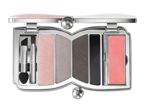 <p>Nos encanta la paleta 'Cherie Bow' de <strong>Dior</strong> para esta primavera: con tres sombras aterciopeladas, un <i>eyeliner </i>negro y un tono de <i>gloss</i> rosa tiene todo lo necesario para conseguir un maquillaje primveral completo. Una vez cerrada es como un pequeño bolsito de mano</p>