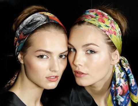 <p>Un estilo cien por cien italiano es la propuesta de <strong>Dolce & Gabbana</strong> para el verano de 2013: cabello recogido con un pañuelo de seda, eyeliner con rabillo y una tez fresca son las claves.</p><p></p>