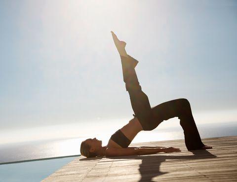 <p>El método Pilates recibe este nombre de su creador, el alemán Joseph Pilates. En un primer momento, Pilates definió su disciplina con el nombre de 'Contrología', un nombre más que apropiado para definir exactamente qué es. 'Esta técnica consiste en un programa de ejercicios realizados o no con aparatos que tienen la intención de mejorar la condición física y mental de la persona', define la Asociación Española de Pilates y Tai-chi. 'Es una forma de aumentar nuestra fuerza y flexibilidad de un modo equilibrado'.</p><p>Joseph Pilates diseñó este método como forma de fortalecerse él mismo. De niño, sufrió problemas de salud tales como asma y raquitismo, lo que le hizo desarrollar una musculatura débil. A una temprana edad, comenzó a aprender anatomía de manera autodidacta y diseñó una serie de ejercicios con los que consiguió fortalecer su cuerpo y respirar correctamente. De origen alemán, Pilates emigró a Reino Unido, donde fue ingresado en un campo de concentración. Allí trabajó como enfermero y pudo probar su método con otros pacientes, además de comenzar a idear un sistema de máquinas creado rudimentariamente con las camas de los enfermos. Posteriormente emigró a Nueva York, donde abrió su primer estudio en la zona de Broadway. Pronto, numerosos bailarines y coreógrafos utilizaron el método Pilates para tonificarse y tratar sus lesiones. Poco a poco, sus ejercicios fueron popularizándose hasta llegar a todos los rincones del planeta.</p>