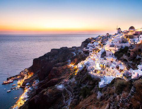 <p><strong>Santorini</strong> tiene fama de ser uno de los mejores lugares del mundo para ver el atardecer, y no es para menos. Las fachadas de las casas blancas se tiñen de diferentes tonos anaranjados a medida que el sol se va sumergiendo en el mar Egeo y la paleta de colores que se forma es impresionante. Para tener un sitio privilegiado en la colina y disfrutar del atardecer en todo su explendor, se recomienda ir temprano y hacerse en hueco entre turistas y locales.</p><p></p>