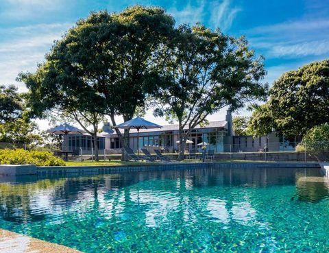 <p>La casa está situada en la zona de Chilmark Pond, donde Steven Spielberg rodó la película Tiburón, y cuenta con esta espectacular piscina rodeada de vegetación.</p>