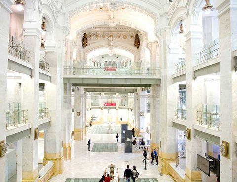 """<p>El diseño va mucho más allá de """"lo útil"""" y """"lo bello"""". Apuestas ecológicas, recuperación de tradiciones, revitalización de prácticas artesanas en desuso y, sobre todo, toneladas de frescura e ingenio verás en una muestra de diseño en Madrid.</p><p>La exposición """"Fuera de Serie. Cosas que el diseño puede cambiar"""", cuenta con 16 proyectos de diseñadores internacionales en CentroCentro, el espacio cultural del Palacio de Cibeles de Madrid, y podrás disfrutarla hasta el próximo 1 de septiembre. Se trata de un ejemplo de que el diseño contemporáneo puede ser un agente de cambio social, económico y cultural. Los proyectos elegidos, todos de diseñadores que apuestan por la innovación, buscan diversos objetivos, como el de recuperar procesos artesanales tradicionales o procesos industriales casi olvidados, o también solucionar problemas medioambientales o experimentar ideas innovadoras... entre otros objetivos que van mucho más allá de lo puramente estético y funcional. Te recomendamos que no te la pierdas, y te adelantamos una muestra de lo que vas a poder ver...</p>"""