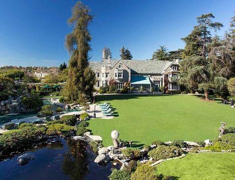 <p>Situada en la exclusiva zona de Holmby Hills, cerca de Beverly Hills, la vivienda tiene 20.000 m2, y el terreno que la circunda, otros 20.000.</p><p>&nbsp&#x3B;</p><p>&nbsp&#x3B;</p><p>&nbsp&#x3B;</p>