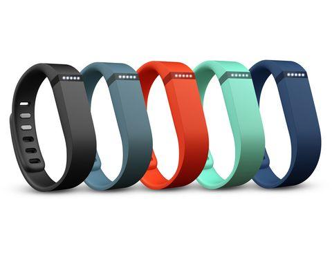 <p>Con pulseras de colores intercambiables, <strong>Fitbit Flex</strong> es el dispositivo más personalizable. Además de monitorizar los pasos, también registra las horas de sueño y las calorías quemadas. Con Fitbit Flex, podrás fijarte un objetivo e ir observando cómo se cumple (o no) gracias a su fila de luces LED que van iluminándose. Su acelerómetro de alta tecnología calcula las calorías gastadas en función de tus propias características personales y no de un promedio establecido, lo que lo hace mucho más preciso.</p><p>Se sincroniza al ordenador, iPhone o teléfono Android de manera inalámbrica para conocer todas las estadísticas al detalle, a través de web o una <i>app</i>. Además, cuando alcances alguno de tus objetivos te premiarán con insignias. Cuesta 99 €.</p>