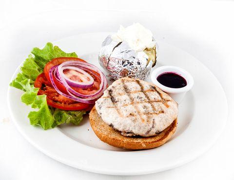 """<p> Si pasas del pavo relleno pero sí te apetece celebrar esta fecha, una buena idea puede ser comerte una hamburguesa; claro está, de pavo. Desde hoy y hasta el 30 de noviembre, en <strong>New York Burger</strong> se añade un nuevo plato a la carta, la New York Thanksgiving Burger, con un solomillo gourmet de pavo acompañado de arándanos, tomates, lechugas y cebolla roja. Si quieres seguir el festejo en el postre, puedes escoger entre Pecan Pie (tarta de nueces con confitura dulce y helado de vainilla) o Carrot Cake (pastel de zanahoria).<br />Más información: <a href=""""http://newyorkburger.es/"""" target=""""_blank"""">newyorkburger.es</a></p>"""