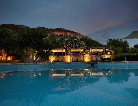 """<p>La naturaleza acoge al <strong>Hotel</strong> <strong>Logis Son Esteve</strong>, en Mallorca, situado en un área de 42 hectáreas de&nbsp; la&nbsp; sierra&nbsp; de&nbsp; Tramontana.&nbsp;</p><p>Con una historia a sus espaldas que todavía se puede apreciar en parte de su decoración (con antiquísimos depósitos de&nbsp; aceite, aparatos de tracción animal que nos trasladan a la tradición rural de la casa, etc), hoy converge con un diseño actual y moderno.</p><p>Un lugar pernsado para no hacer nada, pasear por sus almendros en flor,&nbsp; leer&nbsp; junto&nbsp; a&nbsp; la&nbsp; piscina, sentir la brisa... Los dueños, que se consideran fieles a esa tradición agrícula, dicen que &quot;tenemos más de 43 hectáreas dónde podéis ir de excursión dentro de la finca o pasar un día muy agradable en compañía de nuestras estimadas ovejas y sus crías, los corderos&quot;. Sin duda, lo tienes muy fácil.</p><p><a href=""""http://www.sonesteve.com/?lang=es"""" target=""""_blank"""">www.sonesteve.com</a> / <a href=""""http://www.logis.com/es"""" target=""""_blank"""">www.logis.com</a></p>"""