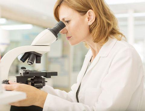 <p>Vamos con el porcentaje de investigadores: un 72% son hombres, un 28% son mujeres a nivel internacional. Letonia es el país con mayor paridad en científicas&#x3B; un 51,8% son féminas. Solo uno de cada cinco países tiene cierta igualdad de género en esta materia&#x3B; es decir, que cuentan con un porcentaje de investigadoras de entre 45% al 55%.</p><p>En España, solo un 25% de mujeres tiene puestos responsables en el CSIC (Centro Superior de Investigaciones Científicas). Se calcula que el porcentaje femenino de investigadoras de alta tecnología es de un 32,2%, y en tecnología punta, de un 29,6%.</p>