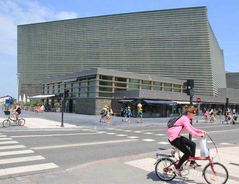 """<p>A fines de los 90, Donostia añadió a su perfil de ciudad romántica y simétrica uno de los edificios más emblemáticos de los últimos tiempos: los cubos de Moneo, un complejo que alberga el Palacio de Congresos y <a href=""""http://www.kursaal.eus"""" target=""""_blank"""">Auditorio Kursaal</a> sede, entre otros, del Festival de Cine de San Sebastián.</p>"""
