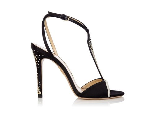<p>Sandalia negra de satén con pulsera al tobillo y adornos dorados, el perfecto complemento para los momentos especiales. así es '<strong>La Gran Dama</strong>'.</p>