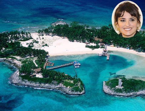 <p><strong>Penélope Cruz</strong> y su marido <strong>Javier Bardem</strong> son unos icondicionales de este archipiélago. Siempre que tienen un hueco se escapan para disfrutar de sus playas, incluso se casaron allí.Un total de 16 islas, siendo Nassau la mejor para elegirla como base y desplazarse después al resto de islas. Cuanto más al sur, más naturales y virgenes son sus paisajes. Una recomendación: con una temperatura de 27 grados, sus aguas son las mejores para practicar actividades acuáticas como el buceo.</p>