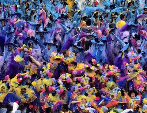 <p>Si hay un carnaval cuya fama ha dado la vuelta al mundo, ese es el de Rio de Janeiro. El carnaval en la ciudad brasileña es conocido fundamentalmente por su desfile de samba, que reune a todas las escuelas de este baile en el sambódromo, con aforo para 100.000 espectadores. El tema y el vestuario escogido por cada escuela varía cada año y las propuestas son verdaderamente creativas. Las escuelas de samba llegan a estar formadas por miles de miembros divididos en secciones: todo un espectáculo multitudinario que te dejará sin aliento (del 8 al 13 de febrero de 2013).</p>