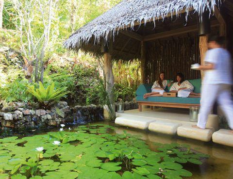 """<p> Imagínate frente a las estimulantes vistas de la bahía tailandesa de Phang Nga. Six Senses Yao Noi oferta Meditación y masaje bajo la luna (240 euros). Recibirás esta experiencia una noche de luna llena. Durante 30 minutos un especialista descontracturará tu espalda, para que luego estés en condiciones de aprovechar al máximo un masaje holísitico (1 hora).&nbsp;<br />Te servirán canapés y champán, y si lo deseas puedes solicitar una sesión privada de meditación (55 euros). Los clientes también tienen a su disposición clases de Aquayoga con un entrenador personal, por el mismo precio.</p><p><a href=""""http://www.sixsenses.com"""" target=""""_blank"""">Six Senses Yao Noi.</a> Moo, 5. Koh Yao Noi (Tailandia). Tél.&nbsp;66 76 41 85 00.</p>"""