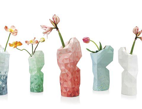 """<p>""""Diseño en Acción. Proyectos para construir un mundo mejor"""", en D-Espacio del CentroCentro Cibeles, muestra piezas que solucionan problemas, como las fundas de Pepe Heykoop que convierten botellas de plástico en jarrones. Madrid. Hasta el 10 de enero.</p>"""