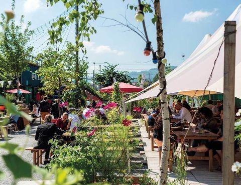 """<p>Esquiar en <a href=""""http://www.myswitzerland.com"""" target=""""_blank"""">Suiza</a> es un lujo –y comer chocolate y comprar un reloj– pero, tópicos aparte, Zúrich es una de las ciudades más latinas del corazón europeo. En verano, la vida sale a la calle y puedes disfrutar de una jam sesion o una clase nocturna de tango. ZüriWest –el barrio industrial reconvertido– vive la fiebre de las terrazas y nuevas zonas de moda, como Viadukt o Bäckeranlage, se abarrotan.</p><p>&nbsp;</p>"""