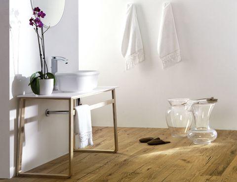 <p>En este baño con lavabo <i>Epoque,</i> de Krion Stone, 375 €, de Systempool, y grifo <i>Imagine,</i> 602 €, de Noken (Porcelanosa).</p>