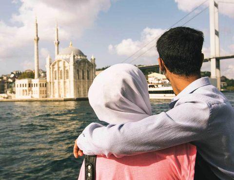 """<p>Te gustará conocer esta histórica metrópoli desde el estuario que los locales denominan Haliç. Un ferry recorre el trayecto entre Üsküdar y Eminönü, por tan solo 1,30 euros. Es uno de los transportes más habituales entre los habitantes de Estambul; lo más conveniente es situarse en la terraza para obtener mejores vistas.</p><p>Las aguas ponen distancia y dan una perspectiva única de esta urbe milenaria. Es una gozada ver ante tus ojos un despliegue increíble de virguerías arquitectónicas como Süleymaniye, la Torre Gálata y cientos de minaretes repartidos por toda la ciudad. Este recorrido fascina por lo que significa, la unión del Mar Negro con el de Mármara, la comunión de dos continentes y la bendita vorágine que envuelve a un lugar habitado por nueve millones de personas.</p><p>• Lugar: <a href=""""http://en.sehirhatlari.com.tr"""" target=""""_blank"""">Muelle Üsküdar.</a></p>"""