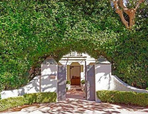 <p>La casa fue construida en 1992 y está situada en la exclusiva zona de Point Dume, donde también residen Julia Roberts y Cindy Crawford. ¿Habrán alternado Elsa y Chris con ellas?</p>