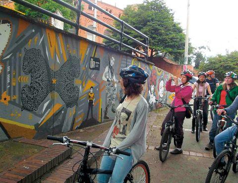 """<p>Te proponemos una experiencia insólita, que te mostrará una cara totalmente distinta a la que esperas de esta capital. Durante cinco horas recorrerás en bicicleta cada barrio para descubrir el arte callejero estampado en los muros de distintas áreas de Bogotá. Lo mejor, es que elijas el domingo para hacer este itinerario (11 euros), ya que el tráfico de la ciudad disminuye considerablemente, y te será más cómodo pedalear.</p><p><strong>• Lugar: <a href=""""http://www.bogotabiketours.com"""" target=""""_blank"""">Bogotá Bike Tours</a> (Carrera, 3. 12-72).</strong></p><p><strong>• Fecha: Todo el año.</strong></p>"""