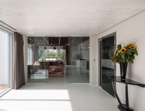 <p>La vivienda tiene acceso directo desde el ascensor, además de una puerta de alta seguridad. Desde el recibidor, dos puertas deslizantes de cristal dan paso a la zona de salón, comedor y cocina.</p>