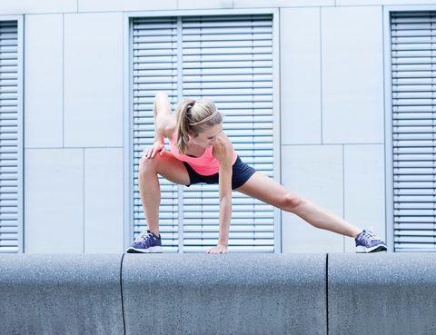 """<p>Una nueva tendencia 'fitness' ha despertado un gran revuelo desde que el Colegio Americano de Medicina Deportiva lo propusiera como alternativa a las técnicas tradicionales: <strong>el entrenamiento en siete minutos</strong>. Consta de doce ejercicios de treinta segundos para los que solo se necesita una silla y una pared, con un descanso de diez segundos entre ellos. Si quieres probarlo, numerosas <a href=""""http://www.7-min.com/"""" target=""""_blank"""">webs </a>y <a href=""""https://itunes.apple.com/es/app/7-minute-workout/id650762525?mt=8"""" target=""""_blank"""">apps </a>funcionan a modo de cronómetro e indican cómo hacer estas series de ejercicios.</p>"""
