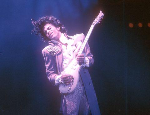 <p>El recientemente fallecido 'genio de Minnesota' dejó una gran huella de estilo, sobre todo con este traje malva que lució en la gira de Purple Rain. Con una mezcla de Chuck Berry, Jimi Hendrix, rollo barroco y 'glam', Prince supo poner su semillita de moda en una época, los 80, en laque los excesos estaban a la orden del día.&nbsp;</p>