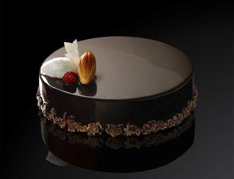 """<p>El maestro Oriol Balaguer es sin duda uno de los mejores pasteleros del mundo, de sus manos han salido numerosas obras de repostería con premio, y una de las más sonadas es su """"paradigma de chocolate"""". A esta tarta también se la conoce como 8 texturas, y fue seleccionada en el año 2001 como Mejor Postre del Mundo. Cada capa es un equilibrio perfecto de formas y sabores.</p><p>Plaza Sant Gregori Taumaturg, 2 (Barcelona).</p><p>Travessera de les Corts, 340 (Barcelona).</p><p>José Ortega y Gasset, 44 (Madrid).</p>"""
