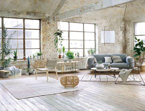 <p>Todo fluye de forma espontánea en este salón, gracias a la elección de muebles livianos: sofá <i>Rest</i>, de Muuto; mesa de centro <i>Workshop</i>, de Magnus Long para The Conran Shop; silla <i>Bertoia Wire</i>, editada por Knoll; estantería, de Skagerak; puf, de Sika; lámpara de tela y bambú <i>Z1</i>, de Ay Illuminate, y alfombra vintage con print <i>Azilal</i>, de Larusi. ¡Así de simple!</p>