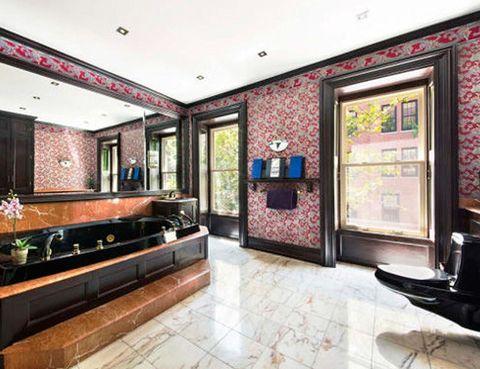 <p>Con una bañera de mármol negro y glamourosas paredes empapeladas, el ático de la actriz exhibe un fabuloso estilo<i> art decó.</i></p>