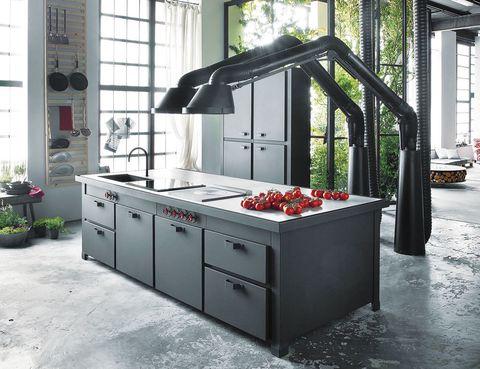 <p>Nos fascina Minà, de Minacciolo, espectaculares campanas y una isla multifunción en acero negro grafito con encimera de hormigón, que incluye electrodomésticos y hornos.</p>