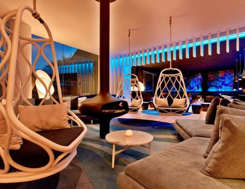"""<p> El arquitecto Ricardo Bofill es el artífice del fabuloso diseño con forma de vela de su edificio. Su interior se compone de todo tipo de materiales como el cromo, las pinturas lacadas y diferentes metales que consiguen crear destellos únicos, combinados con múltiples colores naturales que van variando a lo largo del día. Destaca el bar-lounge, que fue creado por el estudio United Design Parnership.<br /><a href=""""http://www.w-barcelona.com/es"""" title=""""Hotel W Barcelona"""" target=""""_blank"""">www.w-barcelona.com/es</a></p><p></p>"""