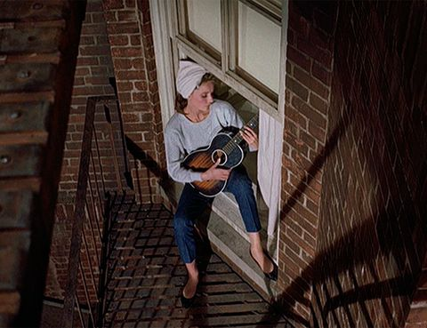 <p>Nos encanta Audrey Hepburn con su vestido negro y su collar de perlas, pero ¿y cuándo canta 'Moon River' mientras toca el ukelele llevando vaqueros? La perfección.</p>