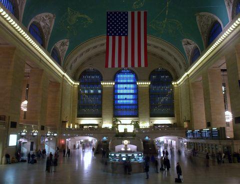 <p>Puede que sea por su historia, por ser la más grande del mundo, por recibir millones de pasajeros al año, por cumplir su centenario en este año 2013, por el reloj de Tiffany de su fachada o por su' Galería de los Susurros' en la que una persona puede susurrar algo en una de las esquinas del arco abovedado diseñado por el arquitecto español Rafael Guastavino, y ser escuchado por otra persona en la esquina opuesta sin problema. La Terminal Grand Central, conocida popularmente como Grand Central Station, de la calle 42 de Nueva York es la más especial de todas las estaciones de tren en el mundo.</p>