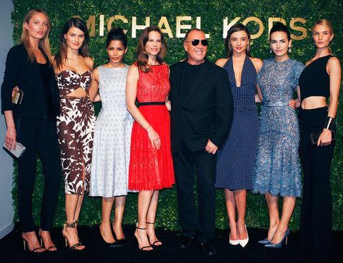 <p>De izquierda a derecha: Karmen Pedaru, Isabeli Fontana, Freida Pinto, Hilary Swank, Michael Kors, Miranda Kerr, Camilla Belle y Rosie Huntington-Whiteley.</p>