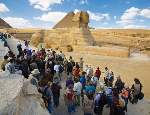 """<p>Más de 3 millones de personas vienen cada año a las <a href=""""http://es.egypt.travel"""" target=""""_blank"""">pirámides de Guiza,</a> la única de las siete maravillas del mundo antiguo que sigue en pie. La pirámide de Jufu (o Keops, como se le conoce) es la más visitada de este colosal triángulo que se completa con las de Kefrén y Menkuara y, con la Gran Esfinge, siempre vigilante.</p><p>La meseta, a media hora de El Cairo, es el lugar idóneo para tu bautizo turístico en el Antiguo Egipto. Aquí también disfrutarás de tu primer paseo en camello y, si vienes por la noche, de un inolvidable espectáculo de luz y sonido. Desde 11 euros.</p>"""