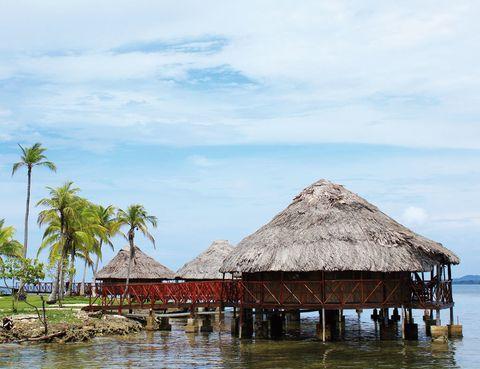 """<p> Juega a ser un explorador en esta isla privada panameña. Aquí, podrás mecerte en una hamaca, navegar entre manglares, bucear entre estupendos fondos marinos, comer los mejores mariscos y conocer las tradiciones de los kunas, un antiguo pueblo americano. Dile adiós a tu smartphone y déjate mecer por el sonido del mar en la terraza de uno de estos palafitos, a partir de 117 euros.<br />  <br /><a href=""""http://www.yandupisland.com"""" target=""""_blank"""">Yandup Island Lodge.</a> Playón Chico. Kuna Yala (Panamá). Tél.50 72 02 08 54.</p>"""